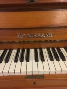 Lågt akustiskt piano