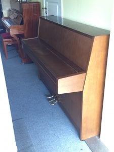 Lock stängt, piano sett från sidan